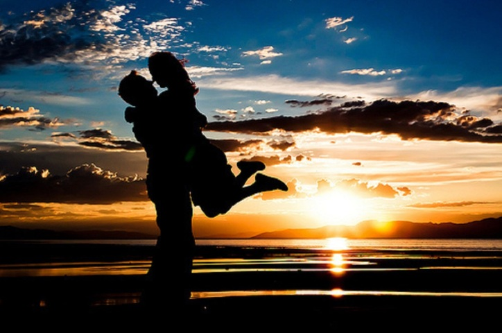 couple theyesgirls com beach-couple-kiss-sunset-water-Favim_com-212332_large