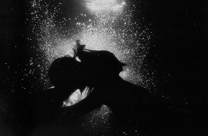 drowning couple-kiss-kissing-love-underwater-favim-com-268022 (2)